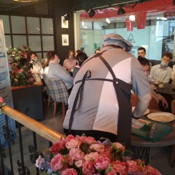 Шеф ресторана Антон Степанов проводит мастер-класс по приготовлению роллов-минари