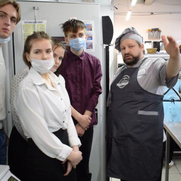 Шеф Антон Степанов проводит экскурсию на кухню