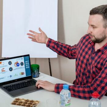 Мелехин Иван координатор проекта Твой первый шаг в карьере проводит презентацию для коллег из Астрахани